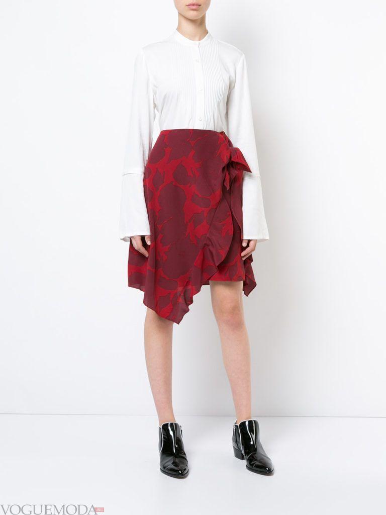 красная юбка с белой блузкой