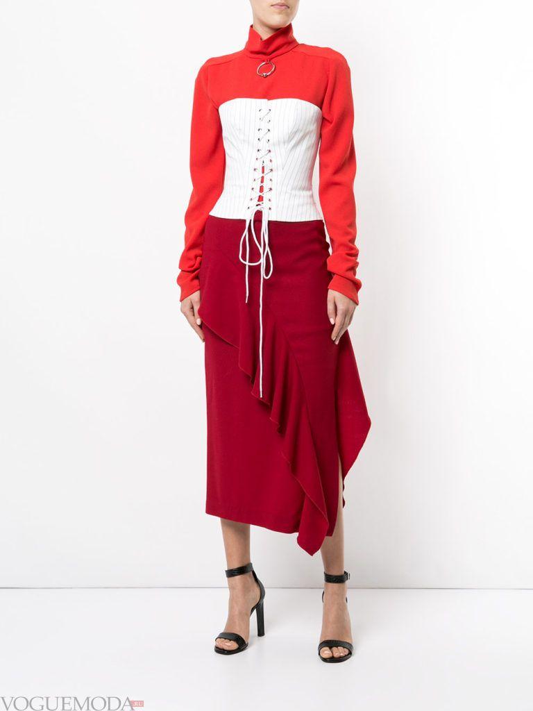 красная юбка с рюшей