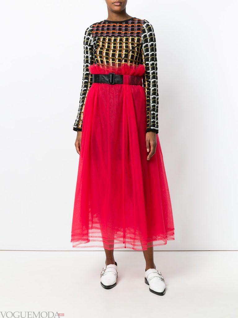 красная юбка с поясом