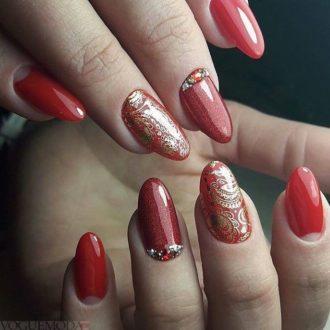 красные ногти с золотом и камнями