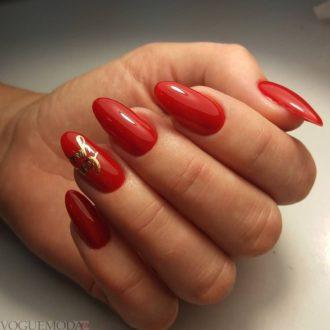 красные ногти с золотом модные