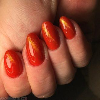 красные ногти с золотыми разводами