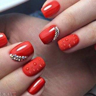 рельефный красный маникюр с камнями