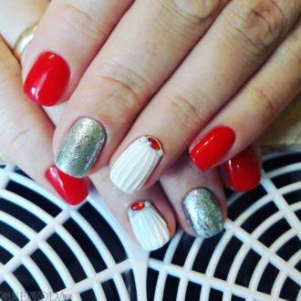 красные ногти с декором