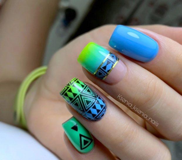 зелено-голубой с узорами треугольником
