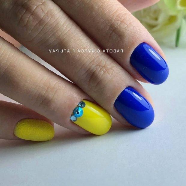 Маникюр 2020 на короткие ногти: синий с желтым
