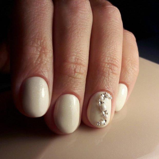Маникюр 2019 2020 на короткие ногти: белый с камнями