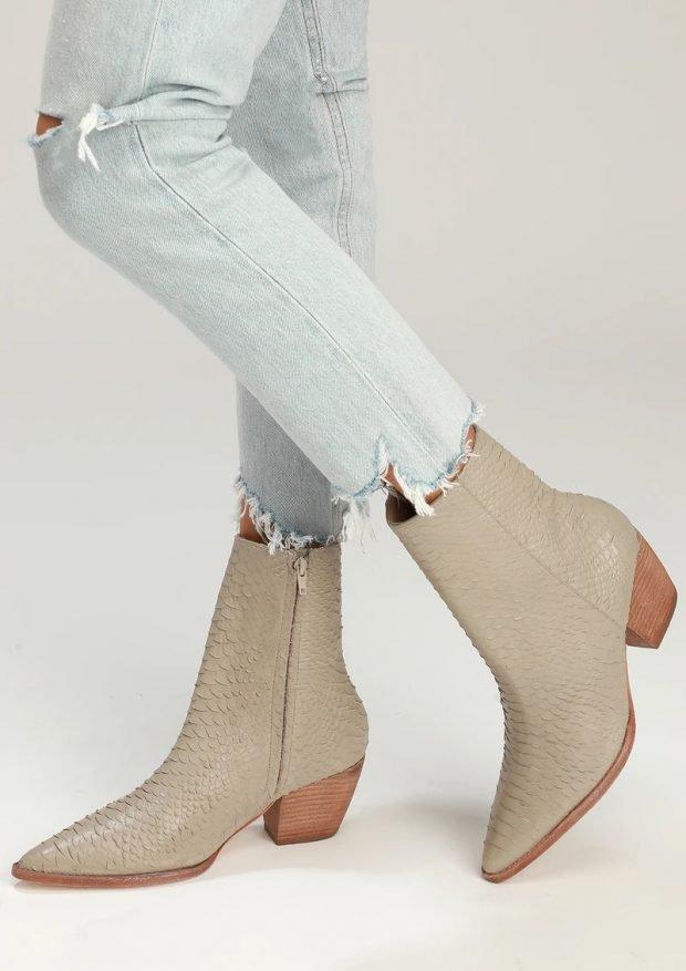 Модная обувь осень-зима 2020: сапоги оливковые змея