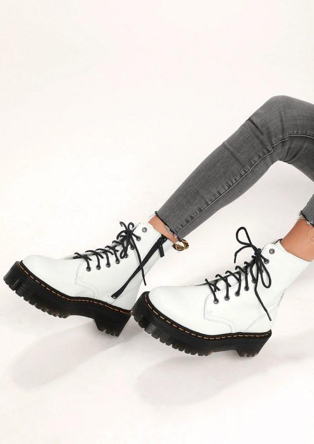 Модная обувь осень-зима 2021: белые толстая подошва черные шнурки