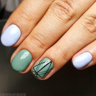 короткие бирюзовые ногти с полосками