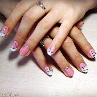 короткие натуральные ногти с полосками