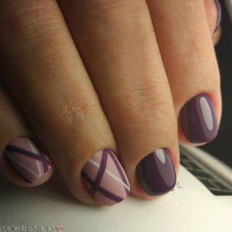 короткие бордовые ногти с полосками
