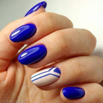 короткие синие ногти с полосками
