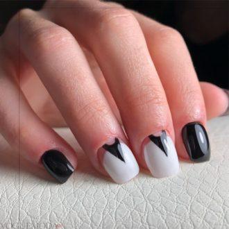 короткие модные ногти с лунным маникюром