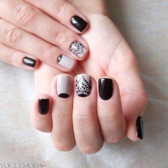 короткие двухцветные ногти с лунным маникюром