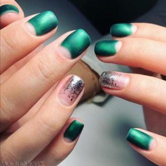 короткие зеленые ногти с лунным маникюром