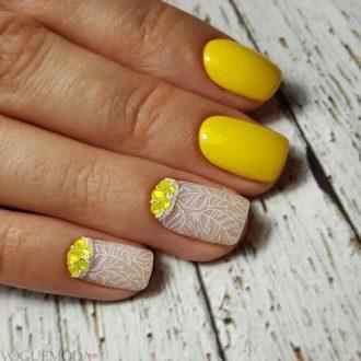 короткие желтые ногти с лунным маникюром