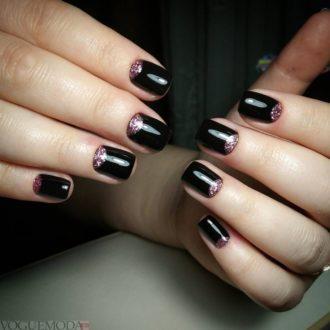 короткие темные ногти с лунным маникюром