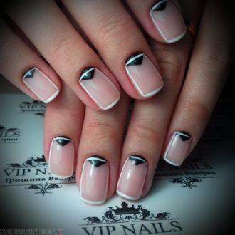 короткие светлые ногти с лунным маникюром