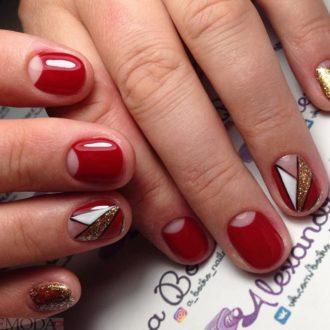 короткие красные ногти с лунным маникюром