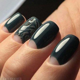 короткие черные ногти с лунным маникюром