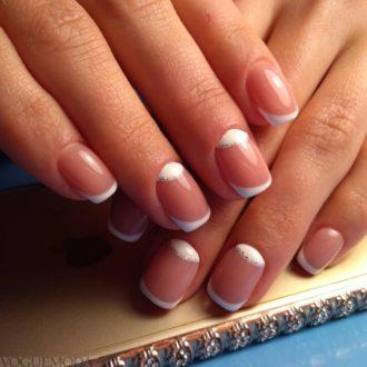 короткие белые ногти с лунным маникюром