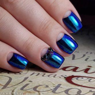 короткие синие ногти с лунным маникюром