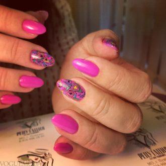 абстракция на короткие яркие ногти
