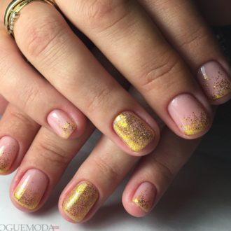 короткие ногти с золотыми блестками