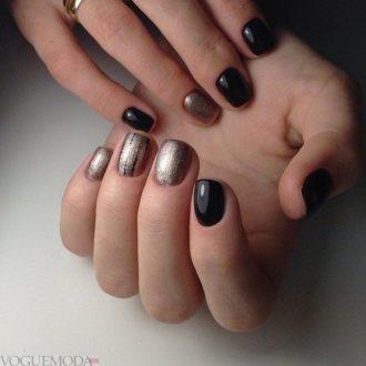 короткие  темные ногти с золотом
