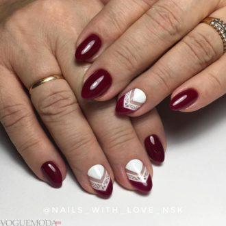 короткие ногти с геометрией бордовые