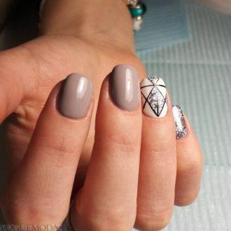 короткие ногти с геометрией нюдовые