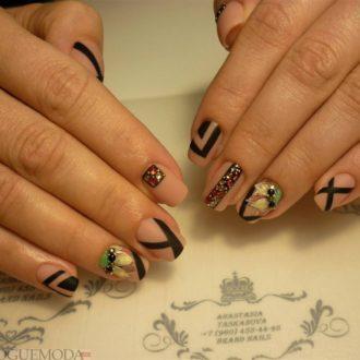 короткие ногти с геометрией модные