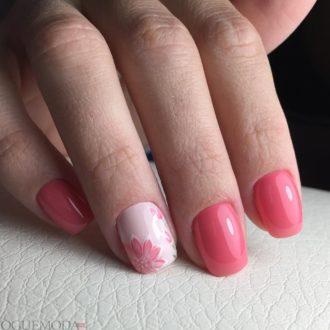 короткие алые ногти с цветами