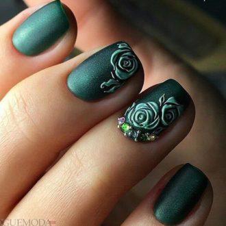 короткие зеленые ногти с цветами