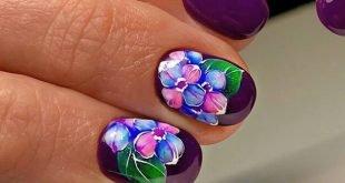 короткие фиолетовые ногти с цветами