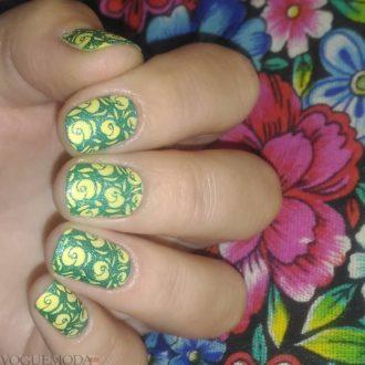 короткие ногти с яркими цветами