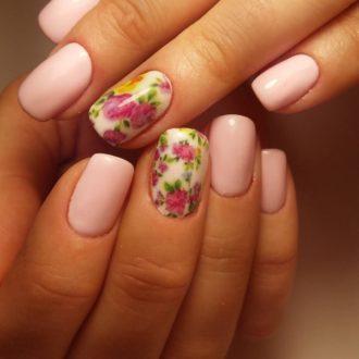 короткие розовые ногти с цветами