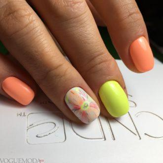 короткие разноцветные ногти с цветами