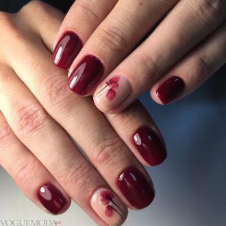 короткие бордовые ногти с цветами