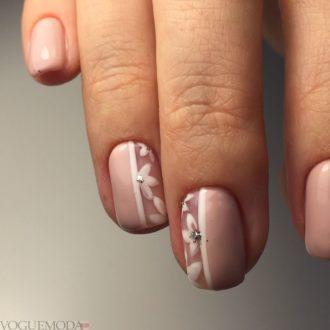 короткие нюдовые ногти с цветами