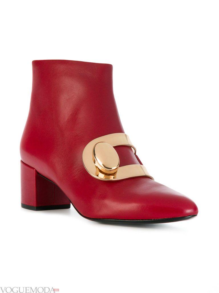 красные ботинки на низком каблуке