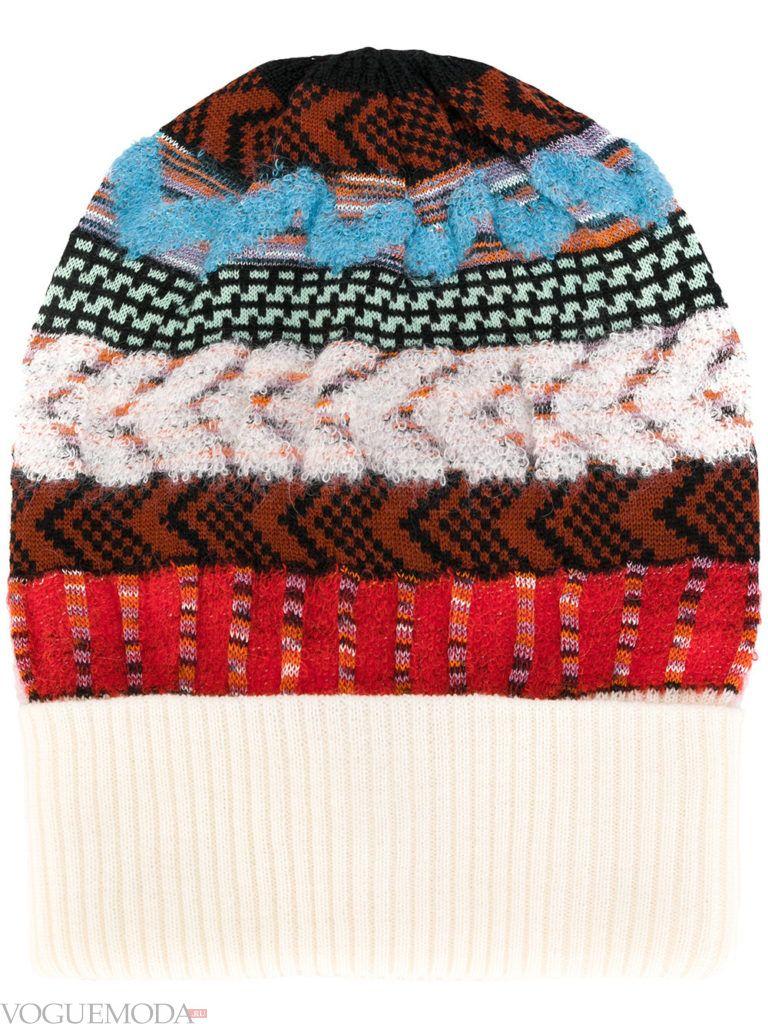 разноцветная шапка фактурной вязки