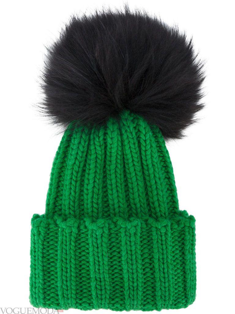 шапка с помпоном зеленая