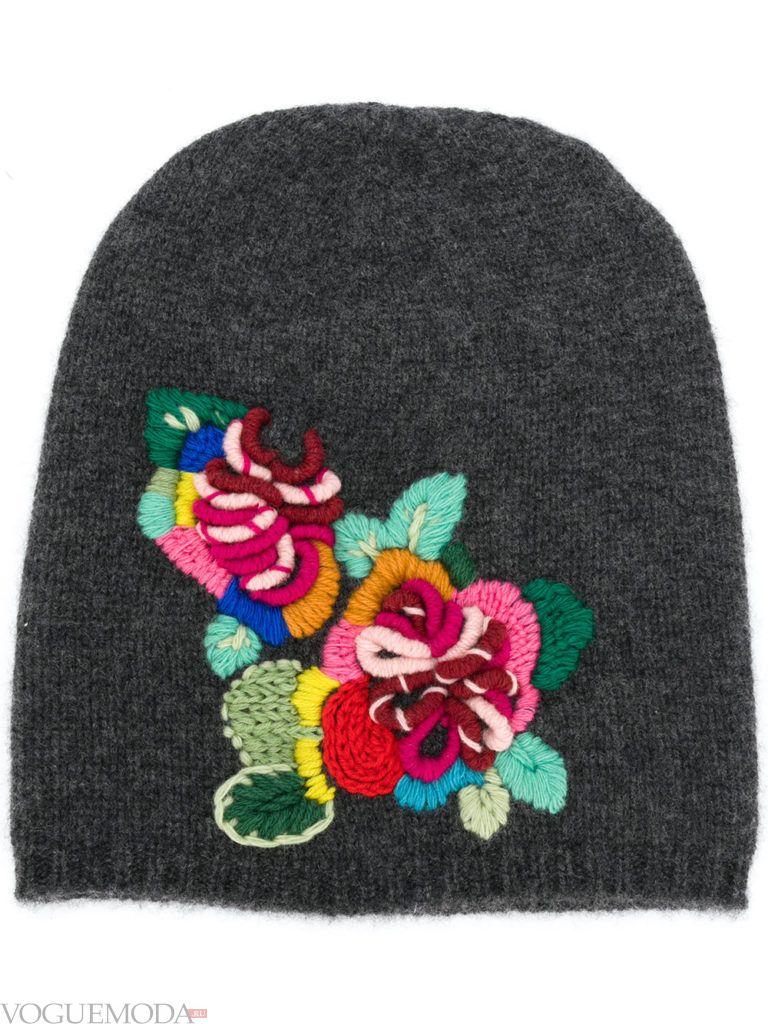 шапка гладкой вязки с рисунком