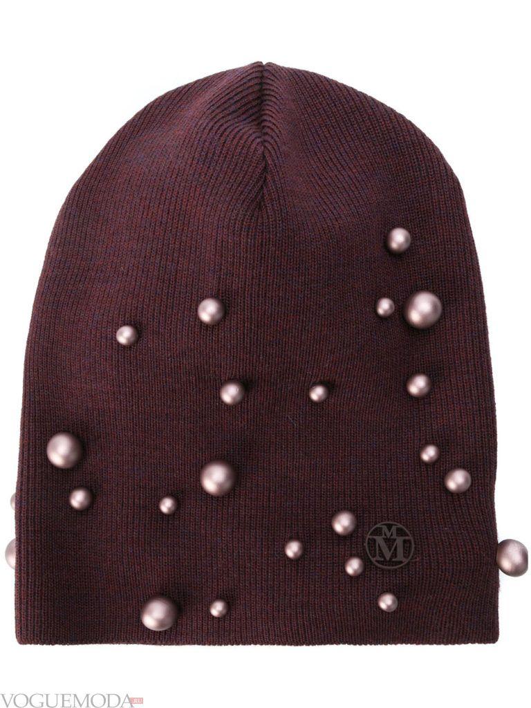 шапка гладкой вязки с декором