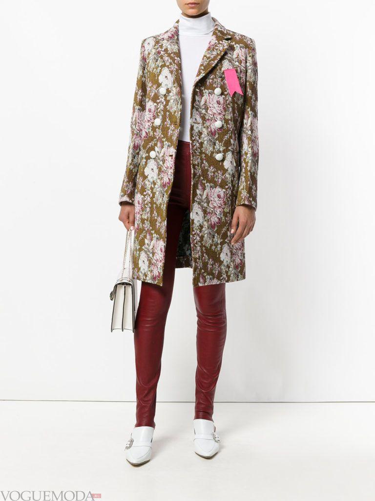 яркое пальто с принтом