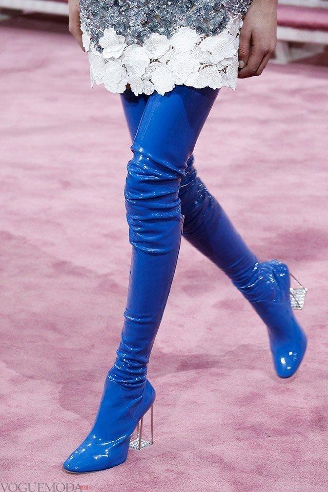 синие латексные сапоги