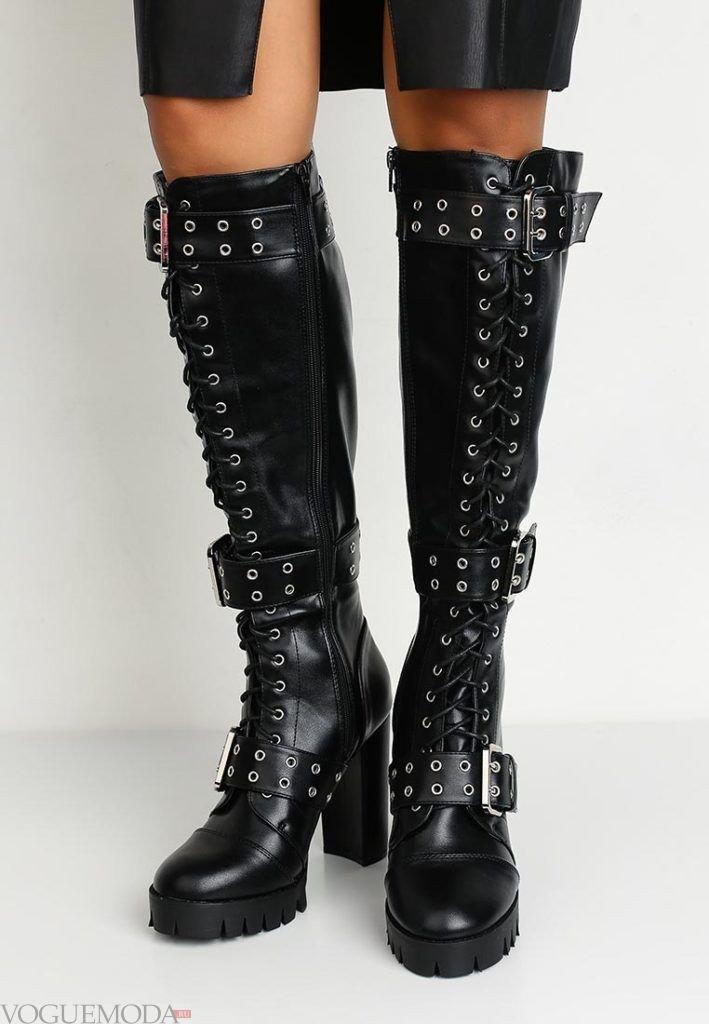 черные кожаные сапоги с ремешками и декором