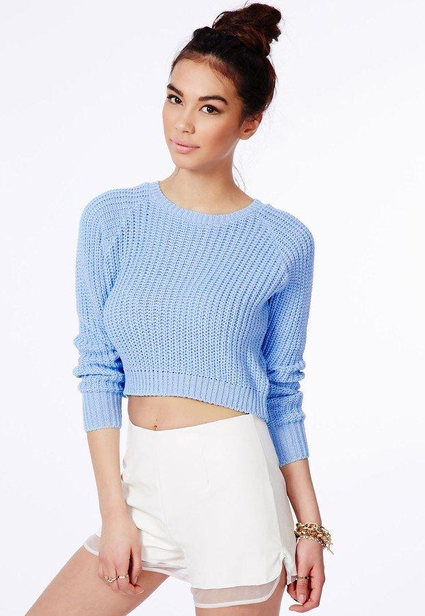 короткий вязаный свитер голубого цвета